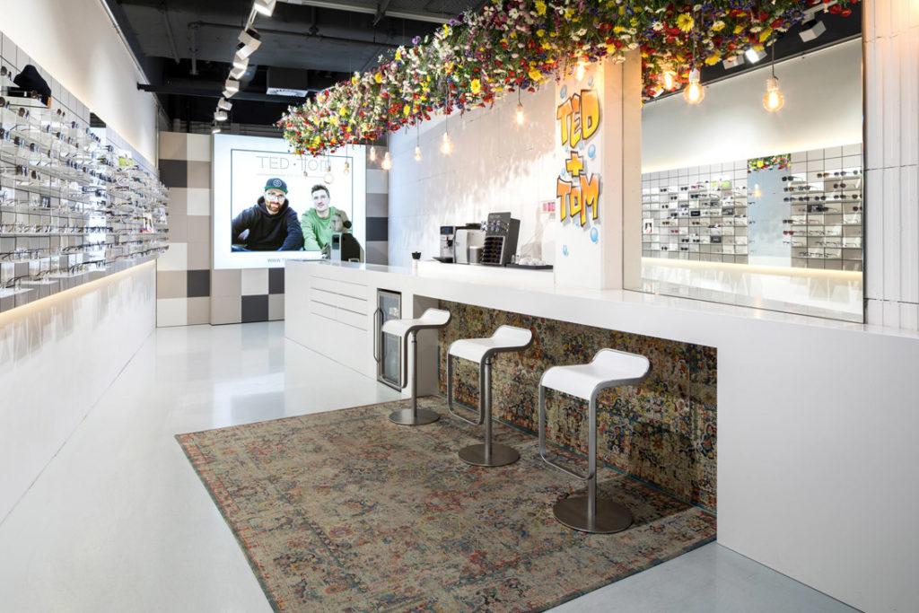 Interieur Fotografie von Brillengeschaeft mit markantem Teppich