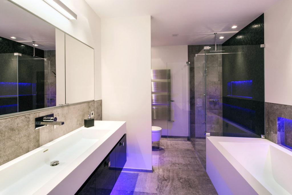 Interieur Foto eines geräumigen Badezimmers mit Lichtleisten