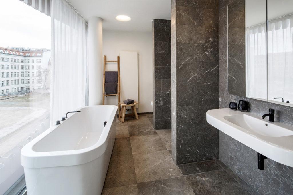 Interieur Fotografie von Badezimmer mit grossen Fensterfront