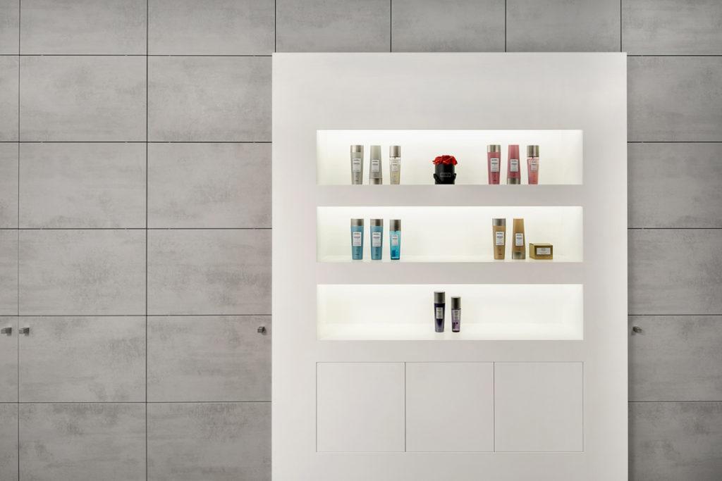 Interieur Fotografin dokumentiert Produktschrank im Friseur Salon