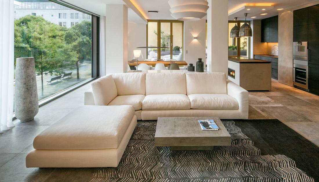 Luxus Immobilie mit Sofabereich von Interieurfotograf in Szene gesetzt