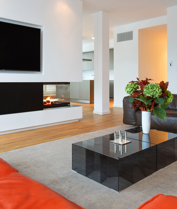 Interiorfotografie von Wohnbereich mit Sofa und Kamin