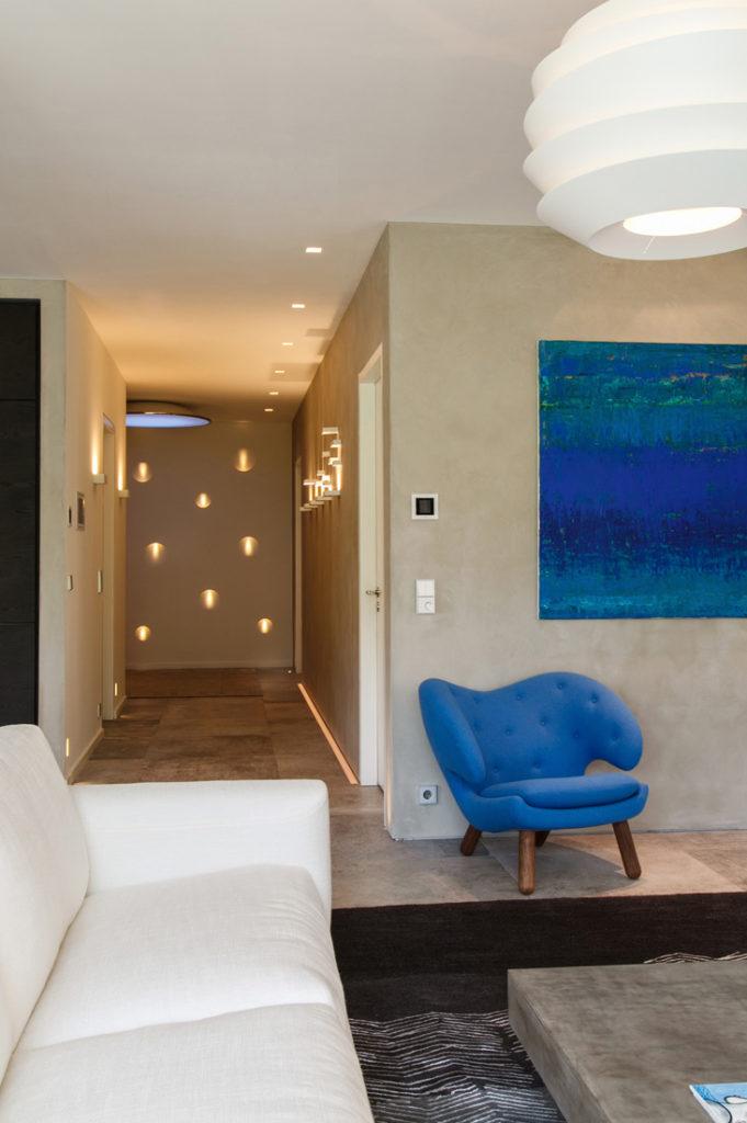 Interieurfotografie von Luxus Immobilie mit beleuchtetem Flur