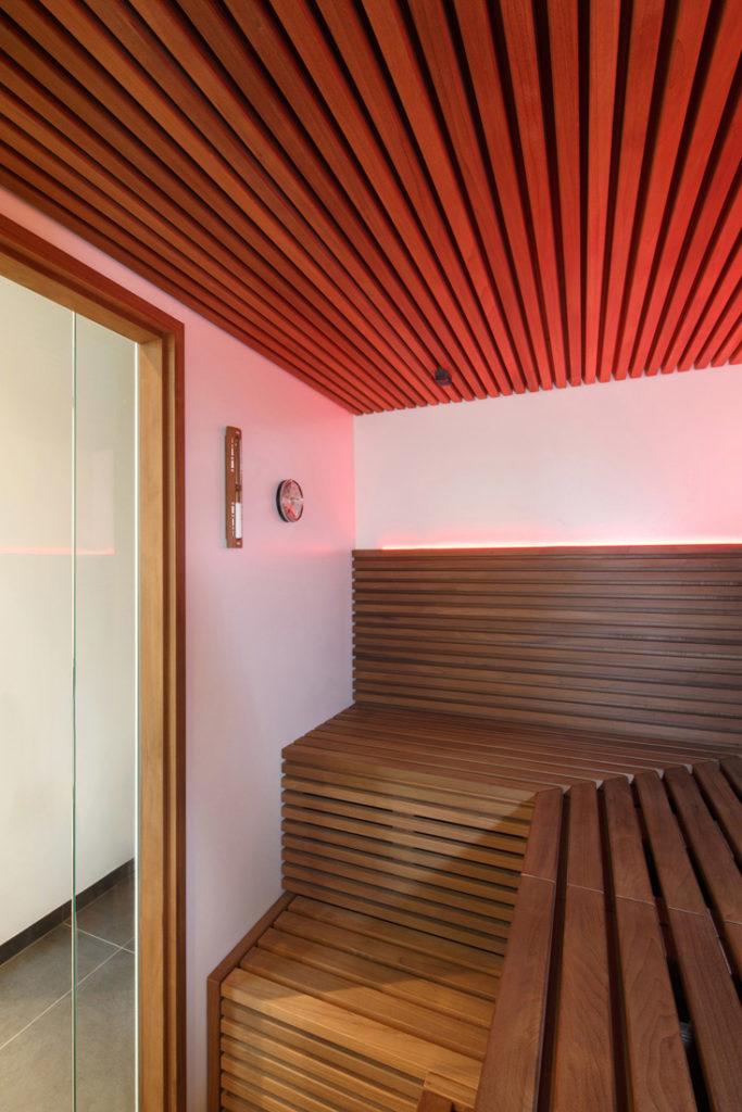Interiorfotografie zeigt Sauna mit Beleuchtung
