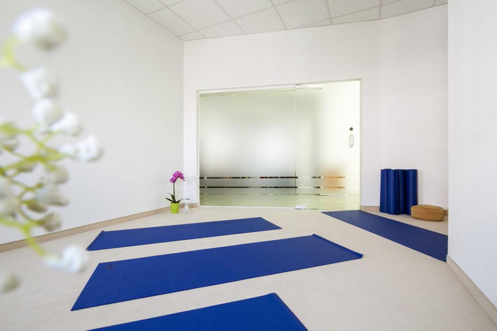 Interiorfotografie Yogaraum mit Sportmatten