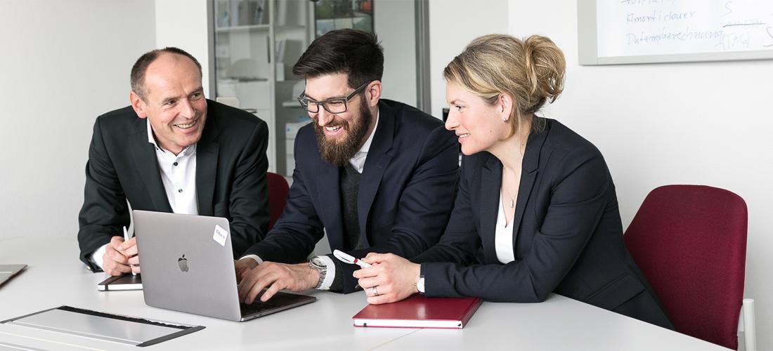 Corporate Fotografie Team im Gespräch