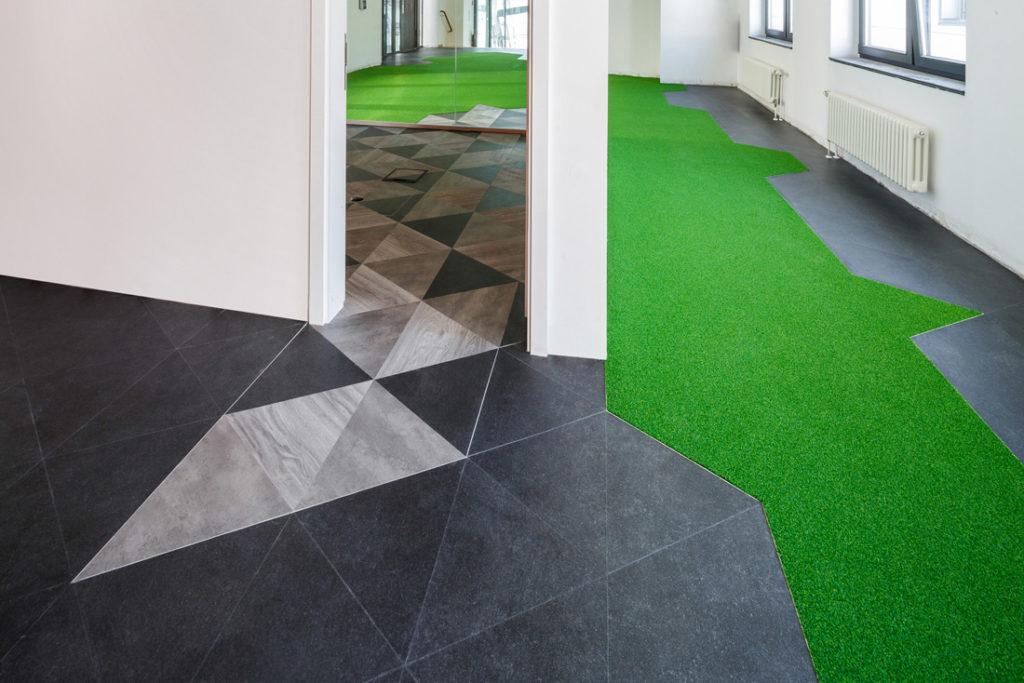 Interieurfoto mit Kunstrasen als Bodenfliesen