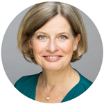 Profilfoto in Farbe vor grauem Hintergrund